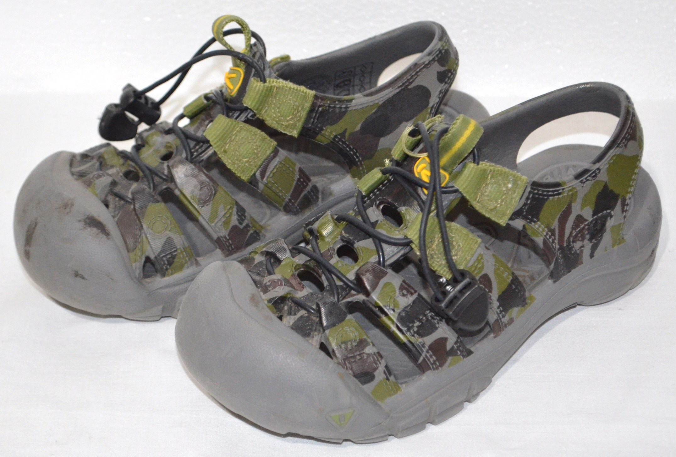21b600384bee8 EUC Keen Kids Boys Sandals Water Shoes Green Gray Camouflage Youth Molded  size 1